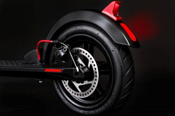 Elektrická koloběžka černá s 8 palcovými kolečky